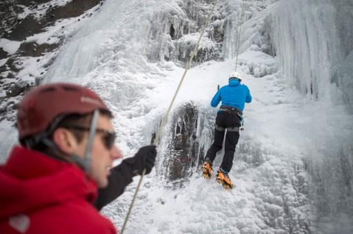Dans le Doubs, une station de ski se dote d'une cascade de glace artificielle