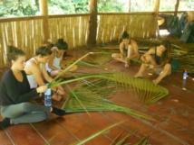 Durant leur séjour, ces étudiants américains ont pu apprendre à tresser les palmes de cocotier.