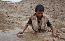 En Indonésie, ils risquent leur vie pour l'étain des smartphones