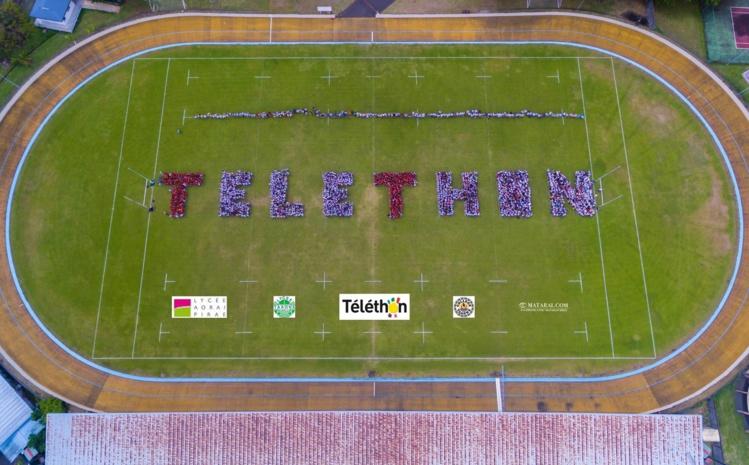 Les élèves du lycée polyvalent de Taaone se sont regroupés pour ce formidable logo humain.