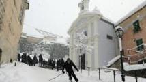 Un homme skie dans la ville de Corte en Corse, le 17 janvier 2017.