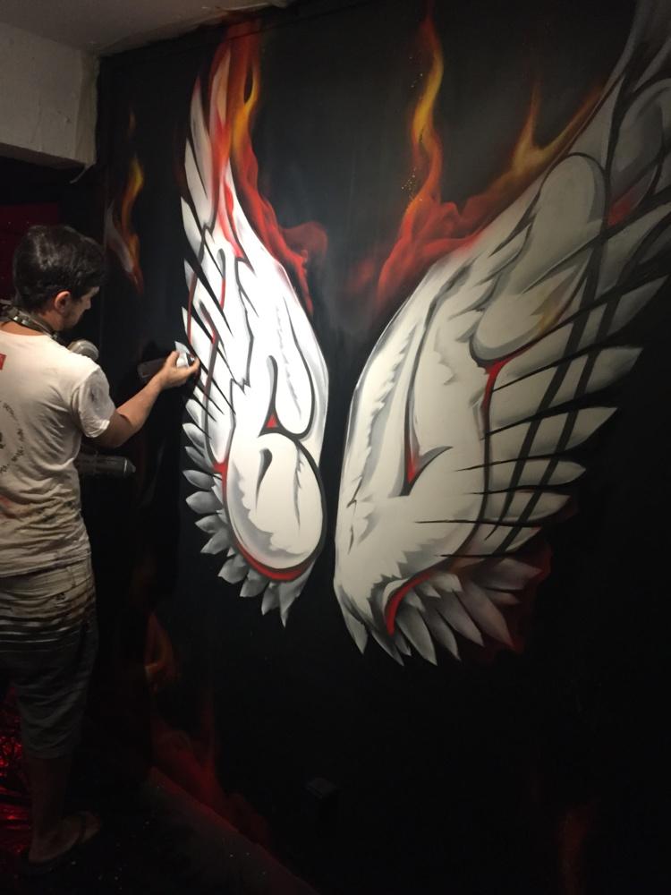 Le graffeur de Tahiti Abuz, lors de sa performance au Musée du Street Art de Tahiti. (Crédit photo : Joz/Ono'u)
