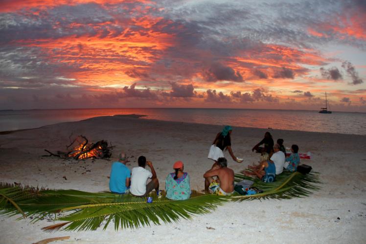 Au coucher du soleil, on se retrouve sur la plage pour faire le point sur la journée écoulée. Et pour préparer celle du lendemain.