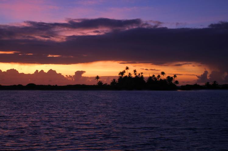 Carte postale incontournable, celle d'un coucher de soleil à Tahaena. Vous êtes seuls sur le lagon…