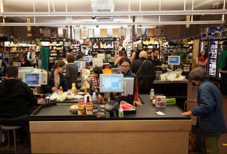 À La Park Sloap Coop les clients font la queue 45 minutes à la caisse, mais ils sont au rendez-vous.