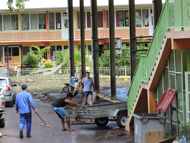 Les opérations de nettoyage, lundi matin à l'école Fariimata, durement touchées par la crue de la rivière Papeava ce week-end. L'école ne sera pas en mesure d'accueillir ses élèves avant jeudi matin.