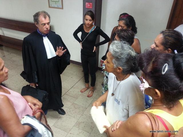 Me Gilles Jourdainne, avocat de l'automobiliste, explique la décision du tribunal aux proches du prévenu.