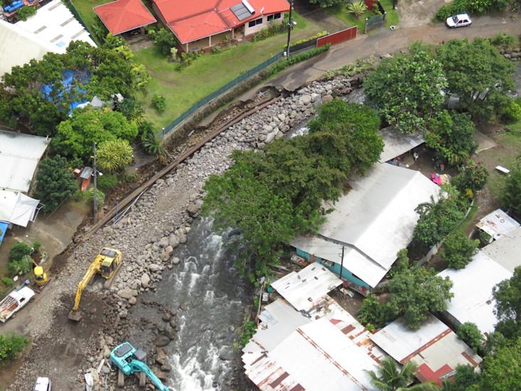 La route de Ahonu, à Mahina, arrachée sur plusieurs dizaines de mètres lors de la crue de dimanche dernier. (Photo : Haut-commissariat)