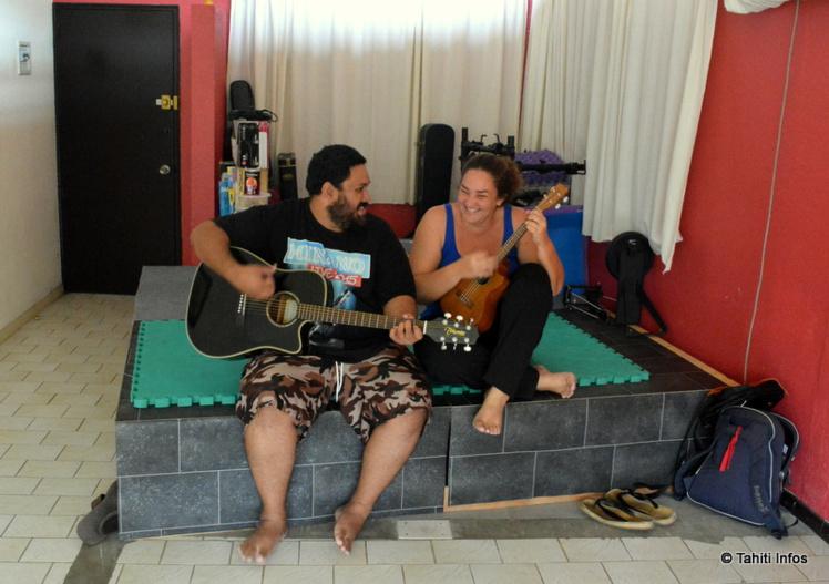 Taloo (à droite) et Mato (à gauche) dans leur école de Taunoa. La grande salle se prête à l'organisation de nombreuses activités. Prochaine prévue : School of rock !