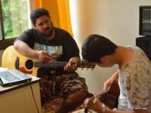 Mato en train de guider un élève pour l'apprentissage d'un nouveau rythme de frappe. Jouer des Mi mineur en boucle devient beaucoup plus attrayant quand un musicien professionnel cale un solo d'enfer dessus…