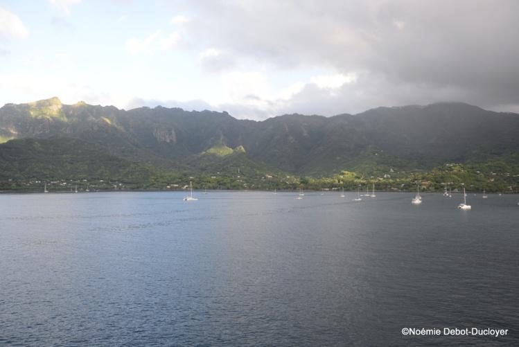 Nuku Hiva, chef-lieu des îles Marquises, compte 2 967 habitants répartis en plusieurs villages en dehors de Taiohae.