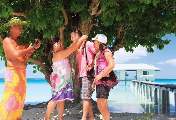 Raita et sa famille accueillent leurs clients au son du 'ukulele.