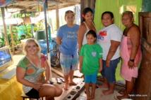 Laetitia Le Bars, fondatrice de l'association Econet Pacific, avec une des 60 familles de Faa'a qui a reçu un ordinateur en 2015.