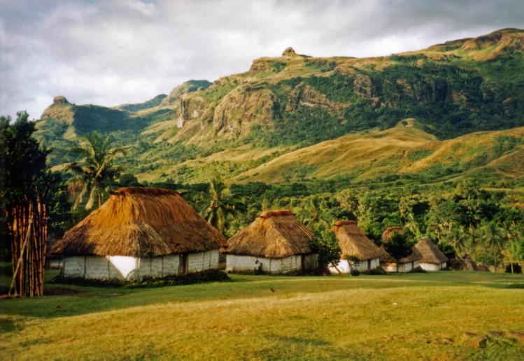 Lorsque le son du lali résonnait dans les collines autour du repaire de Udre Udre, chacun se hâtait de rentrer chez soi, car on savait que le chef avait faim ! Malheur à l'étourdi qui se retrouverait isolé…