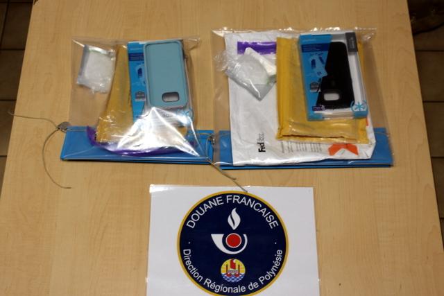 La drogue commandée en Europe via le darknet, la face cachée du web, était dissimulée dans ces coques de téléphone. (Crédit : Douane)