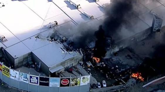Un petit avion s'écrase sur un centre commercial à Melbourne: cinq morts