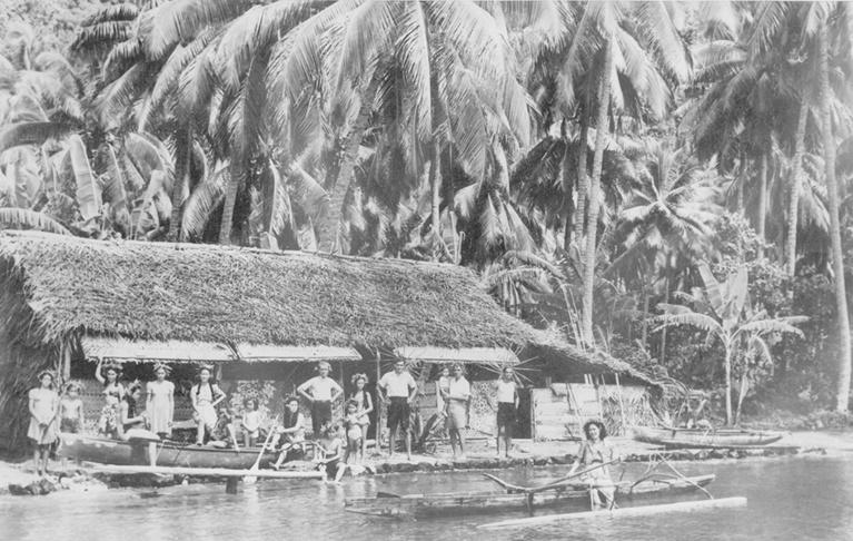 Cette photo a été prise devant la maison de vacances de la famille Rey au Fenua Aihere entre Tautira et Teahupoo en 1944.