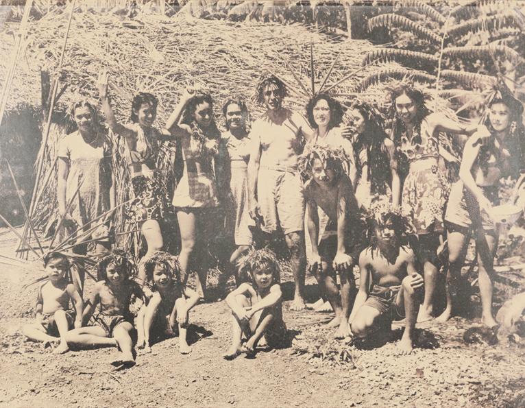Jules Rey et sa femme Tehiva sont debouts au milieu. Ils sont entourés par leurs dix enfants et trois enfants d'un ami de Tautira.