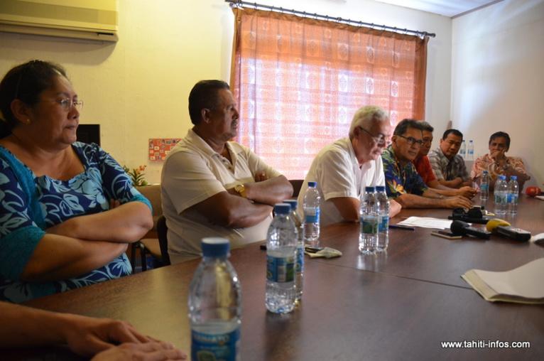 Les membres du comité syndical du Secosud (absent sur la photo : Wilfred Tavaearii, le maire de Taiarapu-Ouest, vice-président du syndicat intercommunal).
