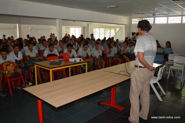 """Pour répondre aux interrogations des élèves, Jacques Navarro et Jean-Christophe Teva Shigetomi, auteur du livre sur les """"Tamari'i volontaires"""" étaient présents."""