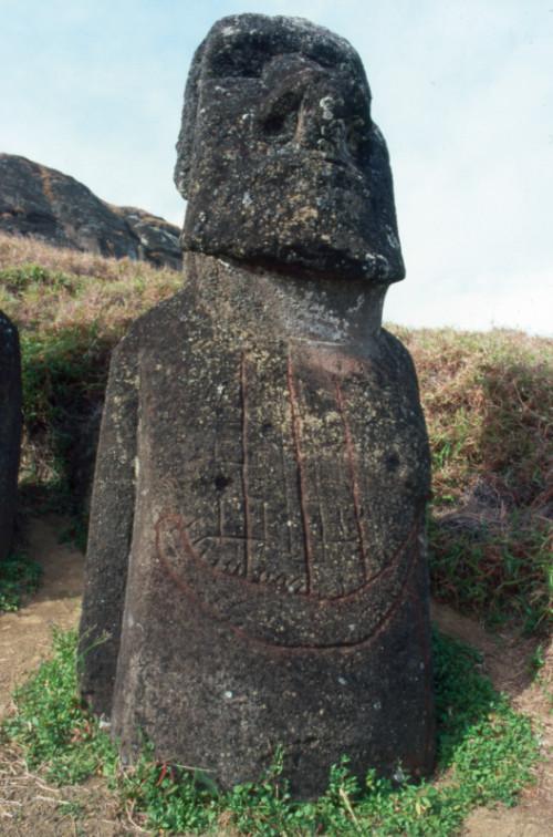 """Ce moai est intéressant ; les Pascuans, tardivement, y ont gravé une silhouette de navire européen. Un """"cargo cult"""" façon Rapa Nui ?"""