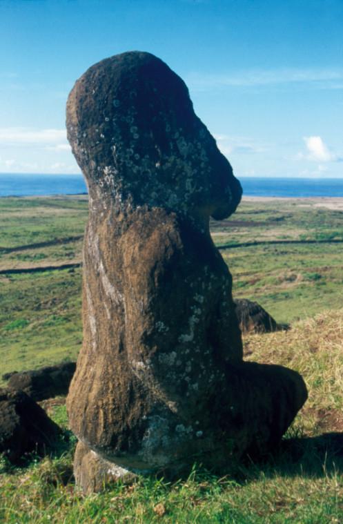 Le moai le plus atypique : Tuku Turi passait pour être très ancien ; il a, en fait, sans doute été sculpté au XIXe siècle par des marins d'origine marquisienne.