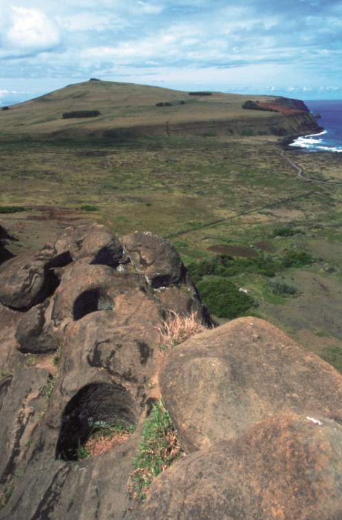 N'oubliez pas de vous rendre au sommet du Raro Raraku ; les Pascuans y ont creusé dans la roche de très étranges trous parfaitement ronds dont on ignore le véritable usage aujourd'hui encore. À l'arrière-plan, le Poike.