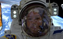 """Selfie à l'appui, Thomas Pesquet montre qu'il n'est pas dans un """"hangar"""""""
