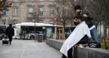 A Strasbourg, un coiffeur solidaire fait salon dans la rue pour les démunis