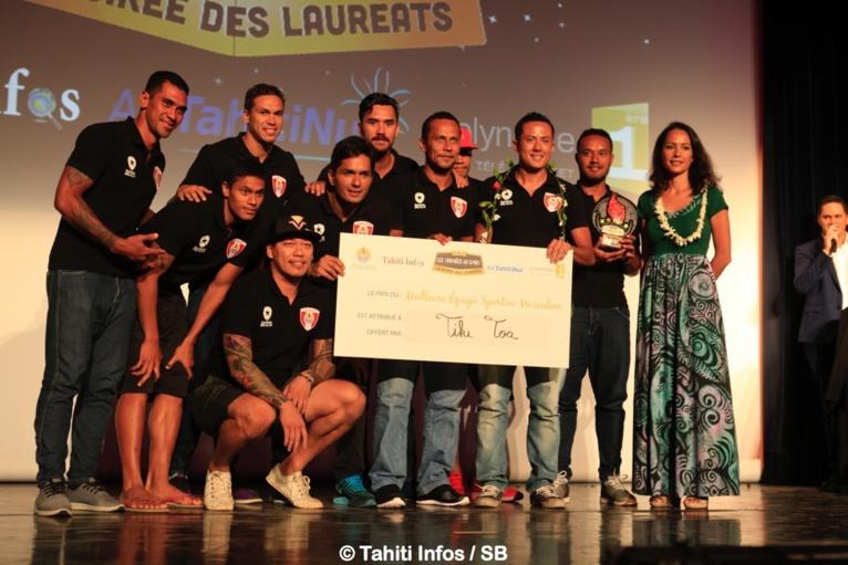 Les Tiki Toa, meilleure équipe de l'année avec Cécile Tiatia du Ministère de la jeunesse et des sports