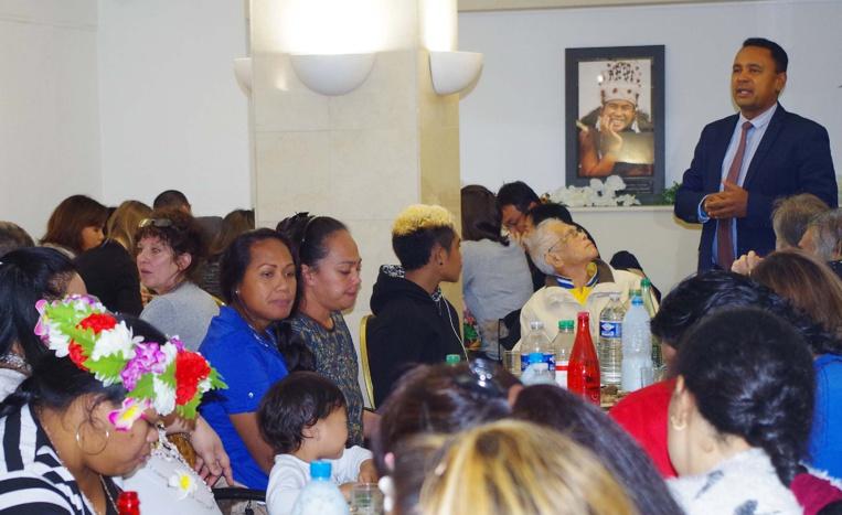 Tearii Alpha partage un repas avec les Polynésiens soignés à Paris