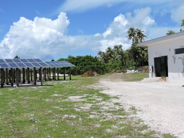 La centrale de production et de distribution d'électricité hybride de Ahe a été édifiée en 2010 sous la maitrise d'ouvrage du pays. Cette centrale a été intégralement financée par le Fonds européen de développement (FED).
