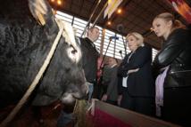 """Marine Le Pen appelle à """"franciser les aides"""" aux agriculteurs"""
