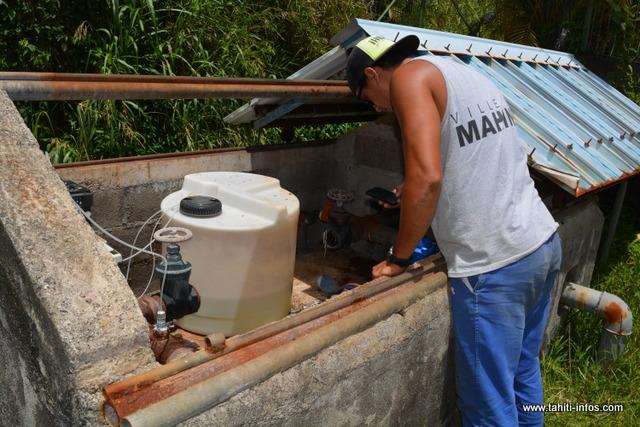 Un agent de la régie de l'eau contrôle le poste de chloration situé avant les réservoirs à Mahinarama.