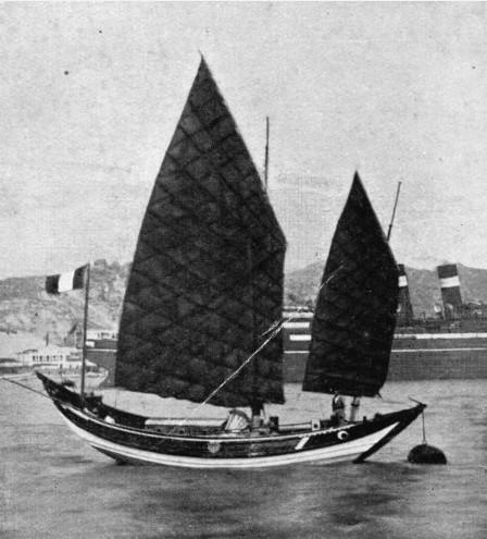 """Le """"Fou Po II"""" permit à de Bisschop de naviguer trois ans entre l'Asie et Hawaii ; mais la petite jonque ne résistera pas à une tempête et de Bisschop perdra trois ans d'archives."""
