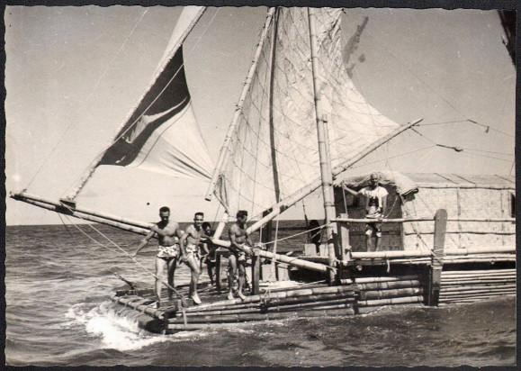 """Le """"Tahiti Nui I"""" au départ de Tahiti en 1956 : l'aventure voulait démolir les thèses de Thor Heyerdhal et de son """"Kon Tiki"""". La science s'en chargera plus tard…"""