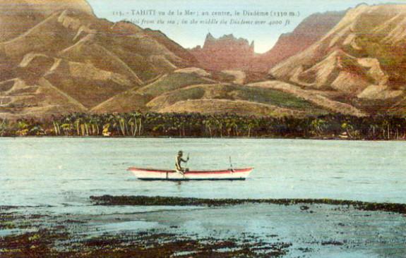 Pirae vue de la mer en 1910, avec la plaine côtière du Taaone couverte de cocotiers, les collines dénudées et le Diadème au fond. Photo colorée Lucien Gauthier