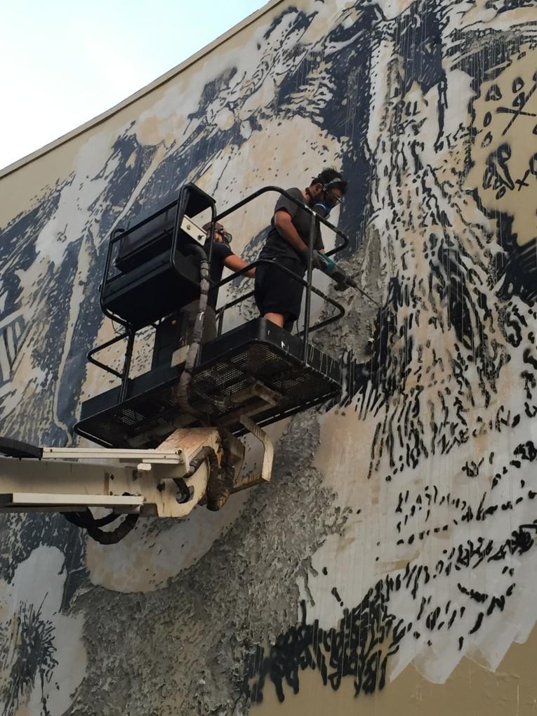 VHILS utilise un marteau-piqueur pour sculpter les murs !