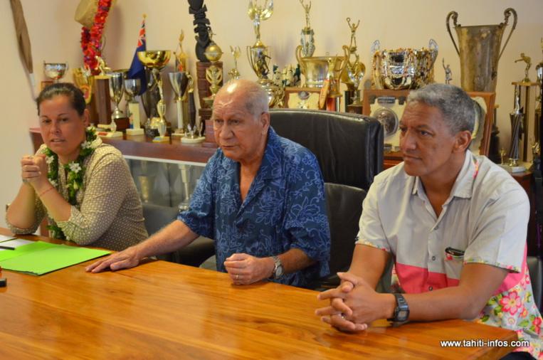 Jacqui Graffe entouré de Tepuaraurii Teriitahi et de son suppléant, Gaston Tunoa, samedi à la mairie de Paea.