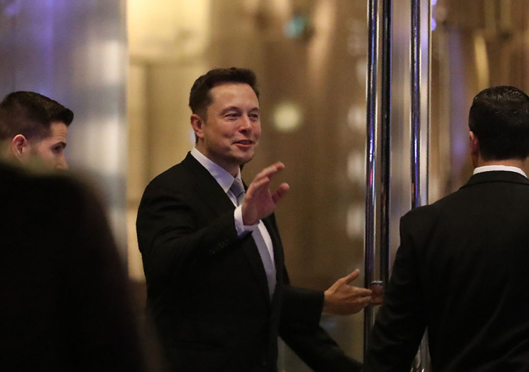 Elon Musk, les pieds sur terre et la tête dans les étoiles