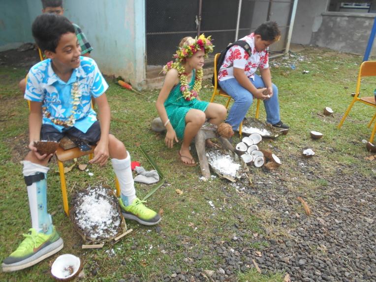 Dans les sports traditionnels, on retrouve plusieurs activités, dont le décorticage des cocos.