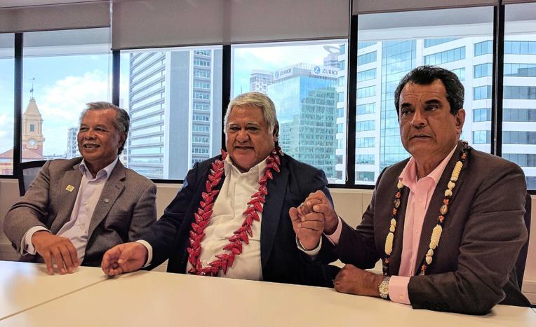 Édouard Fritch serrant la main du premier ministre samoan Tuilaepa Sailele Malielegaoi, en compagnie du premier ministre des îles Cook, Henry Puna.