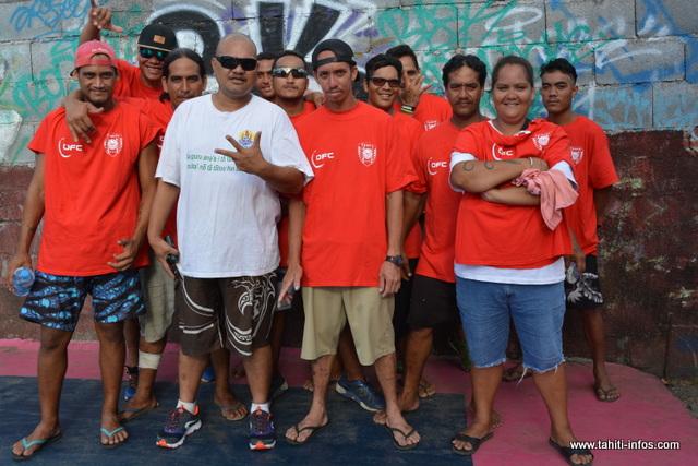 Rauana Farahei est entouré de quelques jeunes qu'il suit.