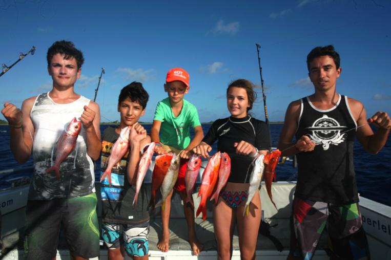 """Les enfants aussi sont à la fête et à la pêche. Ceux-ci ont capturé une belle brochette de """"paru"""" entre 300 et 400 m de profondeur, au moulinet électrique."""