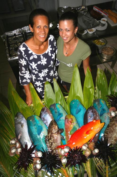 En cuisine, Janine et Heilani sont toujours prêtes à faire face avec bonheur aux arrivages de poissons frais.