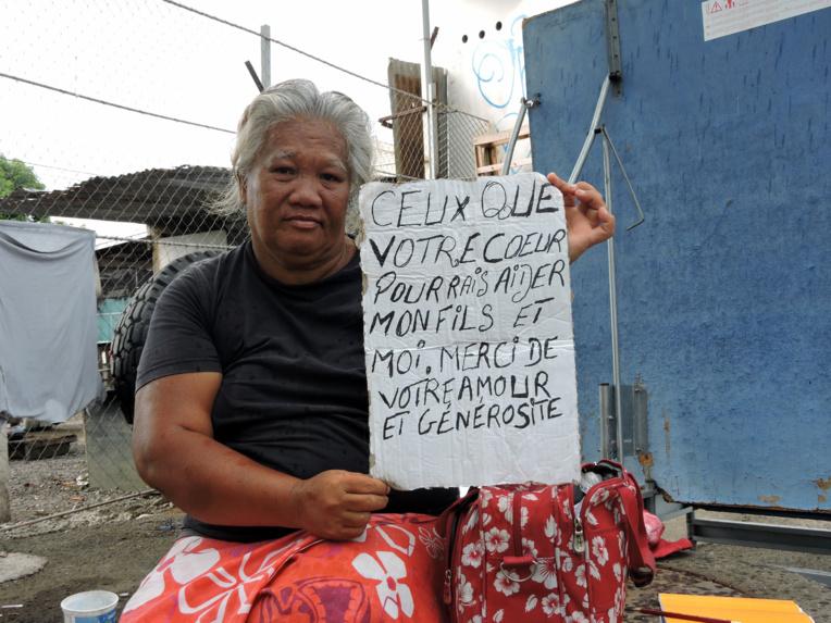 Suzanne Tehei vit dans la rue avec son fils de 17 ans depuis près d'un an, elle doit faire l'aumône pour survivre
