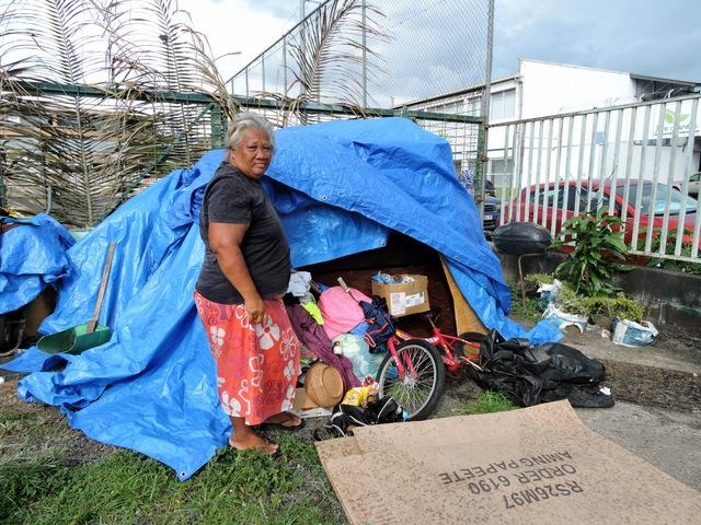 les gens qu'elle croise lui  donnent des meubles, du linge, un matelas, à la rue, elle est obligée de stocker tout sous une bâche