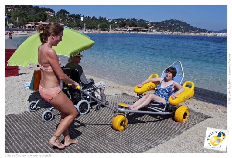 Voici un exemple de tiralo. Une voiturette qui est poussée par une tierce personne sur un tapis jusque dans l'eau. Il sera exclusivement destiné aux personnes à mobilité réduite, aux personnes âgées et aux femmes enceintes.