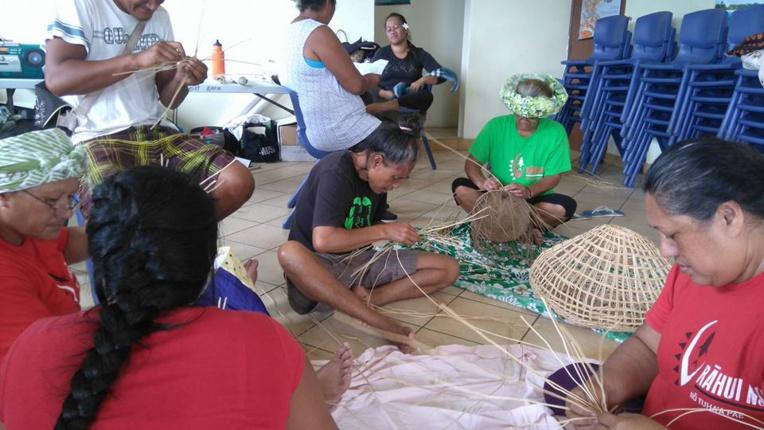 Les māmā de la fédération artisanale de Rapa partagent leurs savoir-faire avec les plus jeunes.
