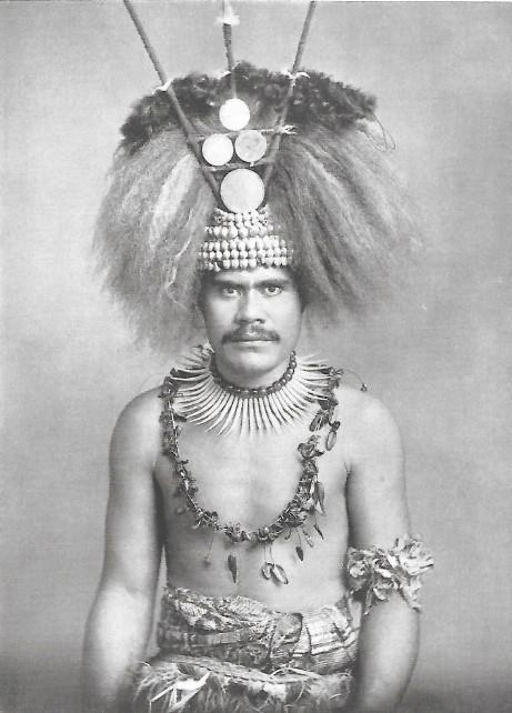 Portrait d'un guerrier samoan, avec son collier fait de pièces d'ivoire taillées dans des dents de cachalots.